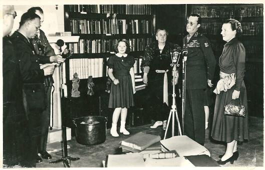 Aanbieding van fotoalbums aan de Koninklijke Familie in de (voormalige) bibliotheek van paleis Soestdijk