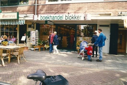 Boekhandel Blokker en daarnaast restaurant Batifol met buitenzitjes