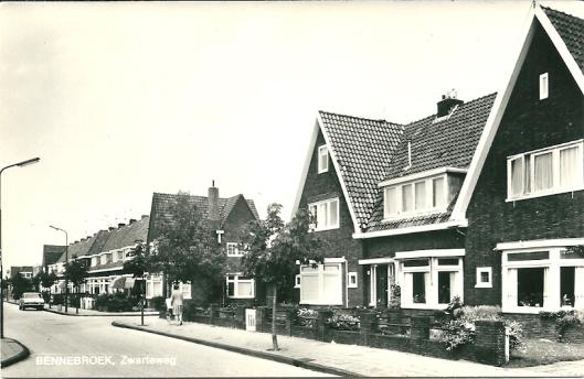 De Zwarteweg in Bennebroek met woonhuizen en nabij de Rijksstraatweg een aantal winkels.