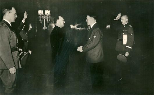 Fotokaart van Adolf Hitler die Mussert ontvangt. Photo-Hoffmann, München