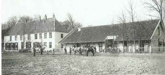 Links het jockeyhotel en rechts de paardenstallen van renbaan Woestduin op een foto uit 1903 (NHA)