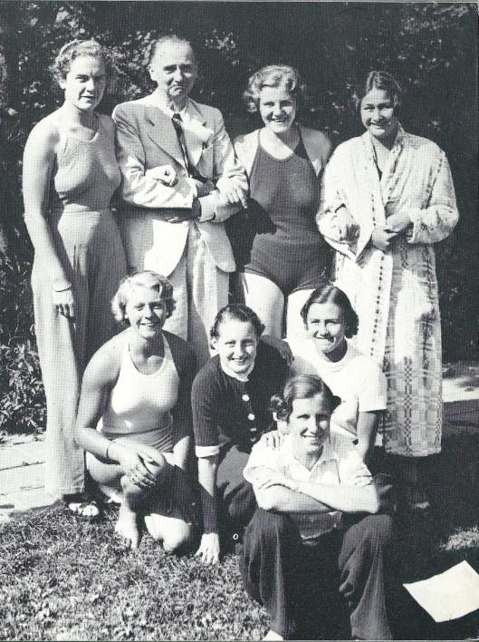A.J.J.Verspoor was lange tijd voorzitter van de Heemsteedse Zwem- en Poloclub (HPC) , propagandist van de zwemsport en van schoolzwemwestrijden. Op deze foto uit 1938 zien we hem met het eerste polo dames-zevenelftal in 1938 Op de achterste rij v.l.n.r. Caro Kan, A.J.J.Verspoor, Frieda Kan en Els Kloot. Frieda kan trouwde met een zoon van Verspoor en emigreerde naar Canada, evenlas haar zus Frieda. Vooraan: Minca Steenhuysen, Rietje Bakker, Mies van der Zouwe en Polly Schalken.