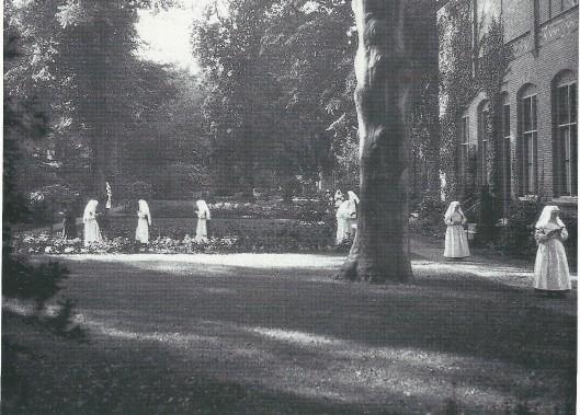 De tuin van de Mariastichting met brevierende zusters