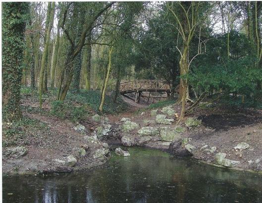Op de Overplaats van de Hartekamp is door het Noord-Hollands Landschap naar het voorbeeld van vroeger een nieuw houten 'Zwitserse' voetbrug geplaatst.