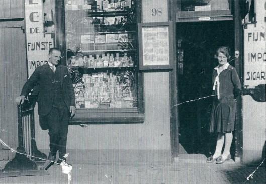 De heer C.Koning en zijn echtgenote voor hun winkel in 1928 ,Raadhuisstraat 98