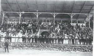 De tribune van Woestduin op een foto uit 1901 (NHA)