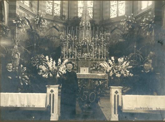 Henricus A.V.IJzermans, van 1905 tot 1931 pastoor van de St. Bavoparochie bij zijn 50-jarig priesterjubileum in 1930, geflankeerd door de kapelaans J.L.C.Witkamp en A.J. van Schaik. Pastoor IJzermans is op 7 april 1936 in Huize St. Bavo aan de Kerklaan overleden. Hij gold als zeer humoristisch en ook een regent, gewend om gehoorzaamd te worden. Een overgeleverde anecdote: op zeker moment beschikte IJzermans over twee kapelaans wier namen op 'man' eindigden, namelijk Brinkman en Hoofman. Eén van hen maakte de opmerking dat er tezamen nu die 'mannen' waren, waarop IJzermans gevat antwoordde: 'zekler, maar ik ben van ons alleen meer