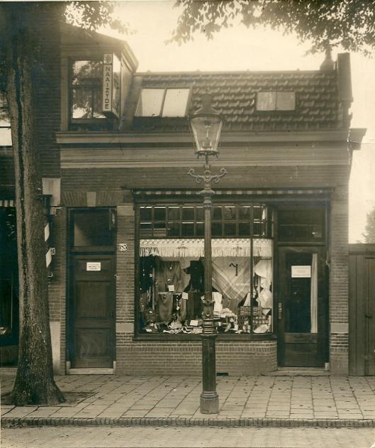 De firma Reijngoud startte een winkel in 'corante textiel' in 1930, Binnenweg 183