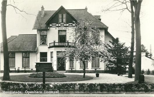 'De Meerlhorst' in de Van Merlenlaan. Oorspronkelijk notarishuis was hier van 1948 tot 1975 de gemeentelijke openbare bibliotheek gehuisvest
