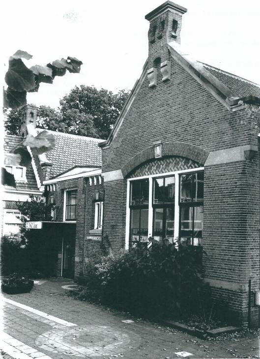 De Voorswegschool aan de Voorweg is de oudste basisschool van ons land op dezelfde locatie. De gevel dateert van 1630