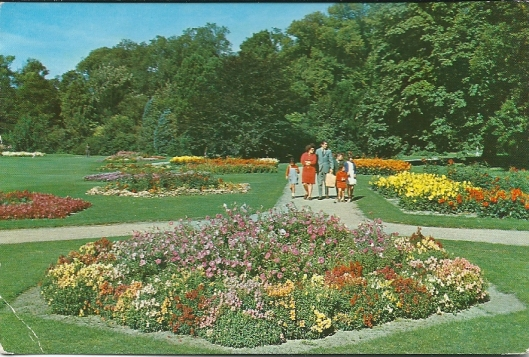 Wandelaars in het bloemenpark Linnaeushof