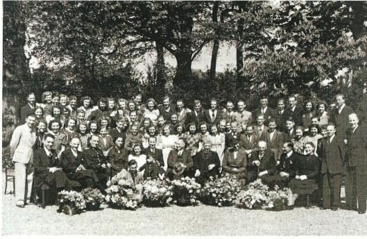 De familie Laimböck en het personeel tijdens een jubileumviering op Berkenrode