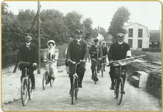 Op 18 juli 1908 organiseerde de ANWB vanwege het 25-jarig bestaan een fietstocht. Hier passeert het feestelijk gezelschap Bennebroek (foto NHA)