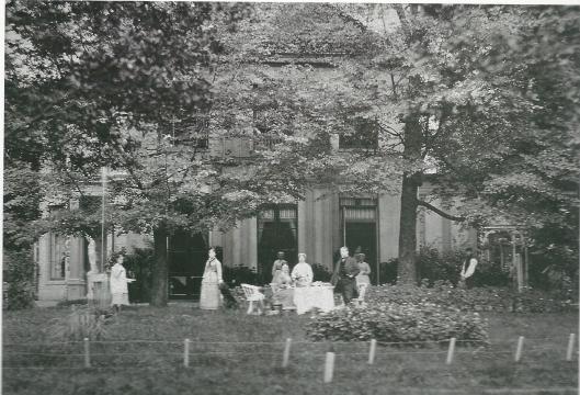 Een familietafereel even na 1900 in de tuin van Uit den Bosch, waarbij ook de tuinman en dienstbode van de partij waren (foto N.H.Archief)
