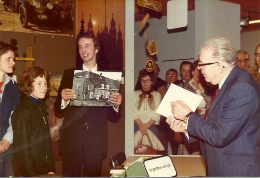 Hans Krol showing a picture of the so calles 'old Castle' in the public library of Heemstede. To the right. mayor Fowler of Royal Leamington Spa.