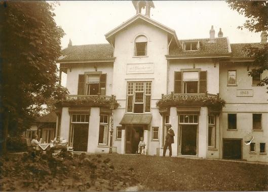 De familie Aberson omstreeks 1907 voor de in 1873 gebouwde villa 't Klooster met aanbouw rechts uit 1903