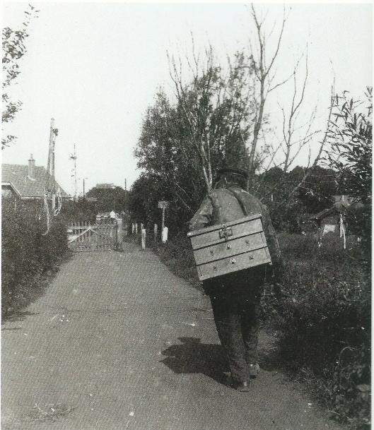 Een marskramer op weg naar Bennebroek Foto van Leonard Baruch (1905-1978).