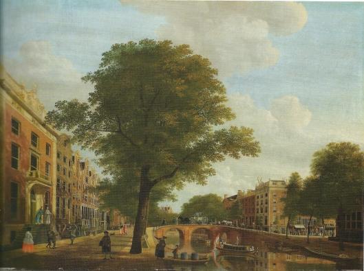 Links het stadshuis van C.G.J.van Wijkerslooth aan de Keizersgracht in Amsterdam. Met zijn echtgenote Geertruida Maria Roest is hij afgebeeld op het bordes van het huis door kunstschilder Hendrik Keun