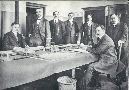 Het voltallig ambtenarenkorps van Heemstede in 1916 toen de gemeente ongeveer 9.000 inwoners telde. Aan salarissen werd ƒ 4.550,- uitgegeven, maar dat exclusief het tractement van de gemeentesecretaris die ƒ 2.200,- verdiende. Op de foto van links naar rechts: secretaris A.A.Swolfs, F.N.G.J.van Bemmel, gemeentebode W.Schotvanger, J.de Haam, J.C.L.Vreeken, N.Vos en E.Vedder.