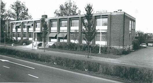 Nog een foto van het politiebureau aan de Cruquiusweg in 1988, welk gebouw in 1966 was betrokken. Na een verbouwing is hier thans de firma Thunnissen gevestigd