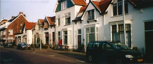 Binnenweg 190-202 met woonhuizen. Het hoge huis met rode baksteen: de Bronstee Apotheek (foto Cees Peper)