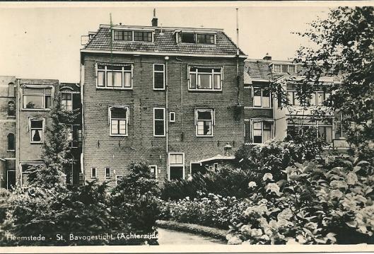 Voormalig Sint Bavogesticht (voor verhuizing naar het Overbos) aan de Kerklaan, ongeveer ter hoogte van de Vaumontflat