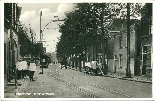 De Raadhuisstraat net voorbij de IJzeren Brug waar zich (links) bakkerij Van Onselen en sinds 1900 op nummer 94 de slagerij van W.Roggeveen was gevestigd.