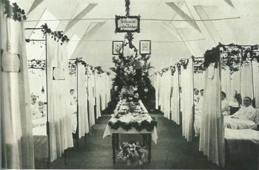 In 1911 vierden J.Kops (80) en P.Ruigrok van der Werve (ook 80) hun gouden huwelijksjubileum. Hij werd verpleegd in de St.Bavostichting aan de Kerklaan in Heemstede en zij in de Mariastichting. Bij uitzondering was de zaal versierd en werd het echtpaar voor een paar uur verenigd op de ziekenzaal van het Haarlemse ziekenhuis (foto Noord-Hollands Archief)