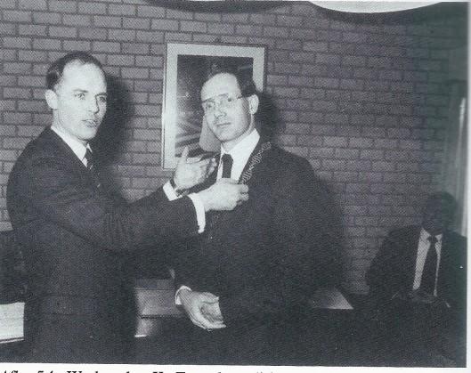 Wethouder en loco-burgemeester Karel Zwetsloot (die de eretitel had van 'onderkoning van Bennebroek') installeert burgemeester drs. G.H.Egerschot op 6 april 1984 in het raadhuis.
