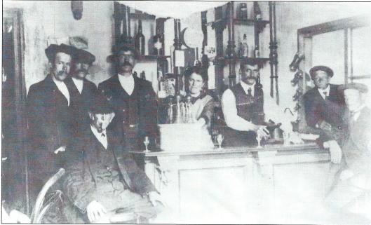 Interieurfoto van café N.J.Martin (nu Yverda), hoek Camplaan/Valkenburgerlaan omstreeks 1910. Van links naar rechts: Van der Klashorst, onbekende, zittend met pijp grootvader Brouwe, De Bruin, mevrouw Martin-Brouwer, N.J.Martin, onbekende en geheel rechts de heer Dirk Leuven
