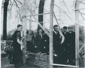 1951: bouw van het dierenverblijf voor de nieuwe kinderboerderij. De eerste steen was in april van dat jaar gelegd door Willem van Rappard, zoon van de Heemsteedse burgemeester, die later in de voetsporen van zijn vader zou volgen. Verscheidene leden van het gemeentepersonnel hebben belangeloos aan het project gewerkt, wat de geraamde kosten terugbracht van ƒ 4.500,- naar ƒ 1.800,-.