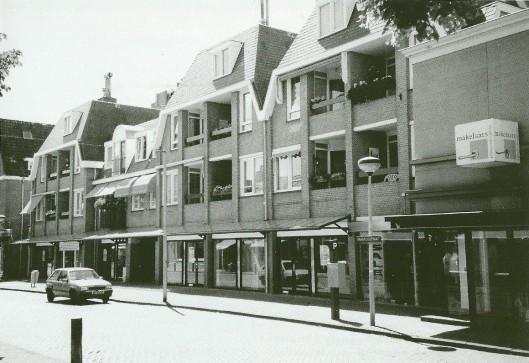 Van Lent verhuisde naar naar een garage op de hoek van de Heemsteedse Dreef en Lanckhorstlaan waar nu herenhuizen worden gebouwd. Op die plek in de Raadhuisstraat kwam een (intusen gerenoveerd) winkelcomplex met bovenwoningen (Bussen/Raateland)