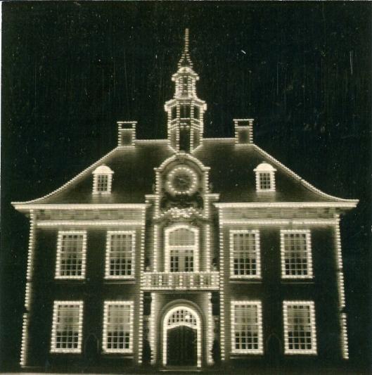 Illuminatie van het raadhuis Heemstede tijdens de FLORA 1953