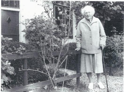 Mevrouw Truus Loeff-van Someren Greve was beelhouwster en woonde in een karakteristiek pand aan de Bennebroekervaart. Zij bereikte een hoge leeftijd (1904-1997) en is hier op 90-jarige leeftijd gefotografeerd.