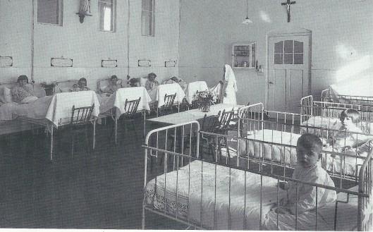 De meisjeszaal van de kinderafdeling in de 1937 gebouwde oostvleugel van de Mariastichting