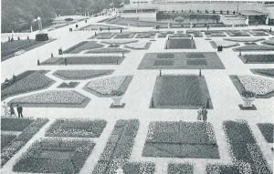 Terrein van de FLORA 1935 met tulpenbedden en op de achtergrond het hoofdgebouw