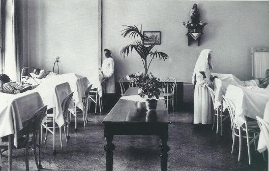 De mannenzaal in de Mariastichting, in 1955 nog gesierd door een Heilig Hartbeeld (NHA)