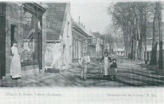 De Schoollaan vanuit het zuiden omstreeks 1905. In de as van de weg is het pand Binnenweg 14 zichtbaar.