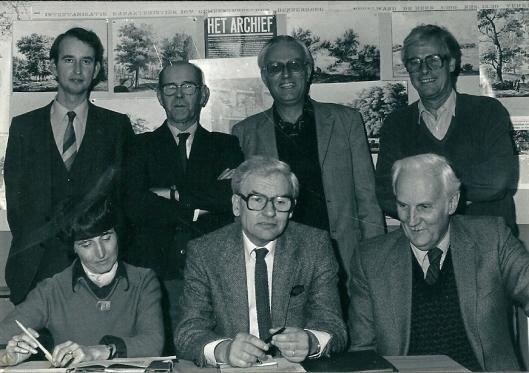 Het bestuut van de VOHB. Zittend van links naar rechts: mw.Irene van Thiel-Stroman, Wim Verspoor, Harm Hamming. Staand: Hans Krol, Piet Kapsenberg, Gerard Schuitemaker en Theo Dekker