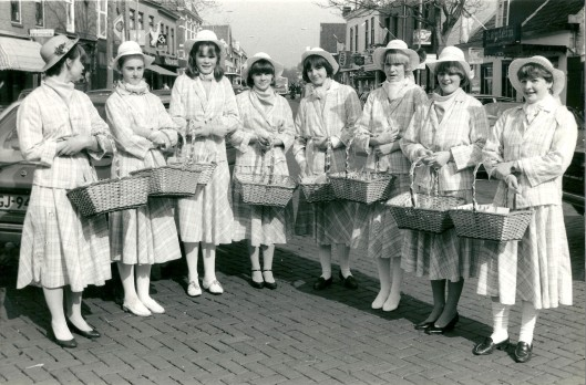 Haarlemse bloemenmeisjes in de Raadhuisstraat Heemstede, 1982