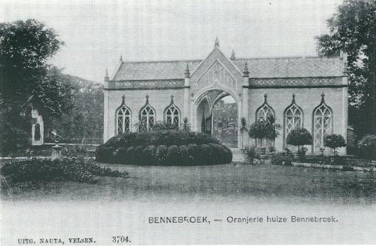 Oranjerie met toegangspoort van huize Bennebroek op een foto uit omstreeks 1905. Links de tuinmanswoning Binnenweg 8