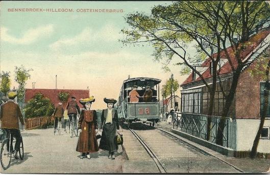 Oude ansichtkaart van een stoomtram op de Oosteinderbrug van Bennebroek naar Hillegom