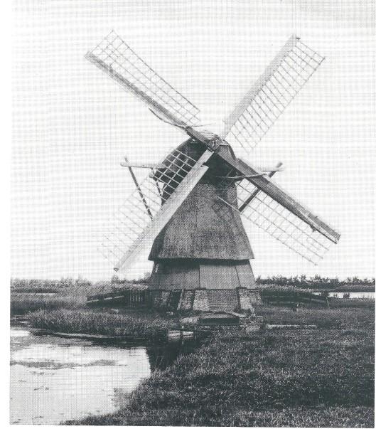 Ondanks protest is de historische Hollandse molen die vroeger de Schouwbroekerpolder bemaalde omstreeks 1920 afgebroken. Een gevelsteen in het hoekhuis Eerelmanstraat/Tooropkade 'Molenhoek' dient de herinnering levendig te houden.