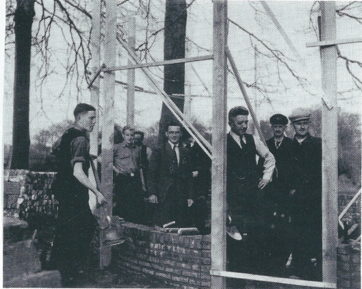 Bouw van dierenverblijf van kinderboerderij Groenendaal, waarvoor Willem van Rappard in april 1951 de eerste steen legde.