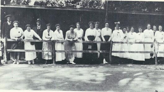 Voor festiviteiten op Koninginnedag was men afhankelijk van vrijwilligers. Die staan hier bij elkaar in 1919 toen het feest werd gehouden op de weilanden van Groenendaal.