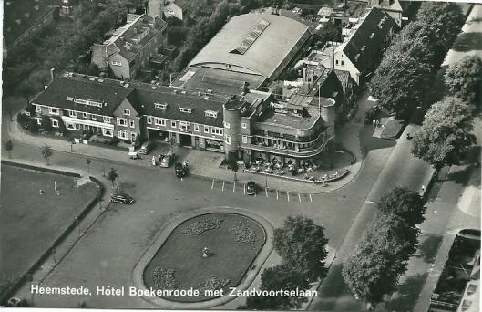 Luchtfoto van hotel-restaurant Boekenrode aan het Roemer Visscherplein nabij het station. Foto van KLM Aerocarto uit 1966.
