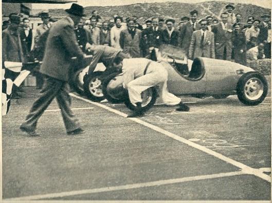 Toen Beels en Flinterman eens op het circuit van Zandvoort beiden pech kregen, moesten zij al duwend de race voortzetten....