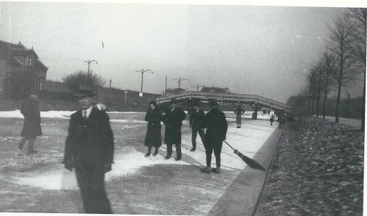 Een winters tafereel van schaatsen op de Leidsevaart. Geheel rechts de Asterkade, ter hoogte van de Azalealaan. Links is de bovenleiding van de elektrische trambaan 'Haarlem-Zandvoort' zichtbaar. Foto: Leonard Baruch.