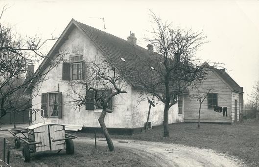 Boerderij De Dinkelhoeve aan de Herenweg in Heemstede op een foto uit december 1971.