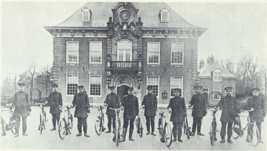 Het voltallig politiekorps van Heemstede met dienstfiets poserend voor het raadhuis onder leiding van inspecteur Ch. Kemper. V.l.n.r. de agenten Pronk, J.Veen, J. Visser, H.Arnoldus, C.Kemper, G.Kruiderink, W.Zwartkruis, H.Mulder, B.Silvis en J.van der Vliet.